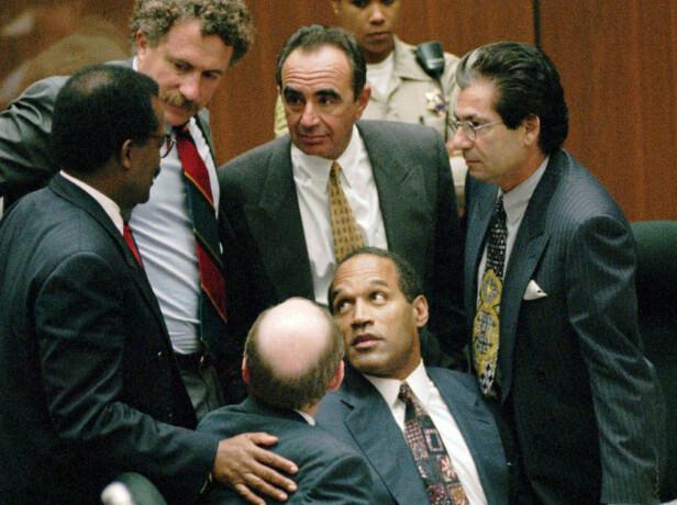 FORSVARERE: Robert Kardashian (til høyre) og Robert Shapiro (nummer to fra høyre) var blant O.J. Simpsons (foran) forsvarere i 1995. Foto: NTB Scanpix
