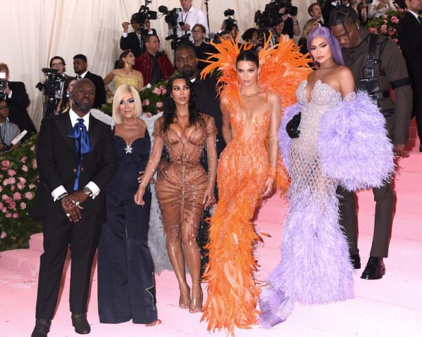 BERØMT FAMILIE: Fansen har fått servert flere hundre episoder av «Keeping Up with the Kardashians» i løpet av årene. Nå hinter Kim Kardashian West om at stjernetilværelsen vil ta slutt på et tidspunkt. Fra venstre: Corey Gamble, Kris Jenner, Kim Kardashian West, Kendall Jenner, Kylie Jenner og Travis Scott. Foto: NTB Scanpix