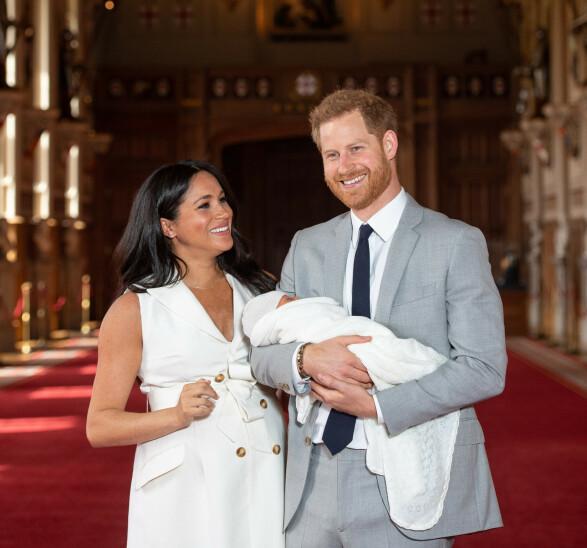 LYKKELIGE: Hertugparet av Sussex strålte av gled og begeistring da de viste frem sin lille sønn for første gang onsdag ettermiddag. Foto: NTB scanpix