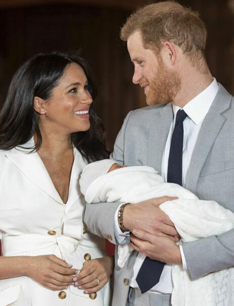 STOLTE: Meghan og Harry viste stolt fram sønnen onsdag. Foto: NTB Scanpix