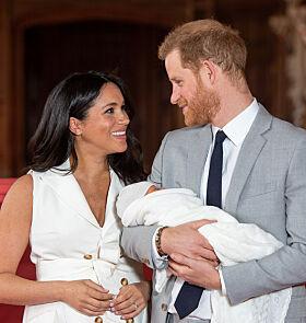 STOLTE: Meghan og Harry klarte ikke slutte å smile da de møtte pressen på Windsor Castle onsdag. Foto: Reuters / NTB Scanpix