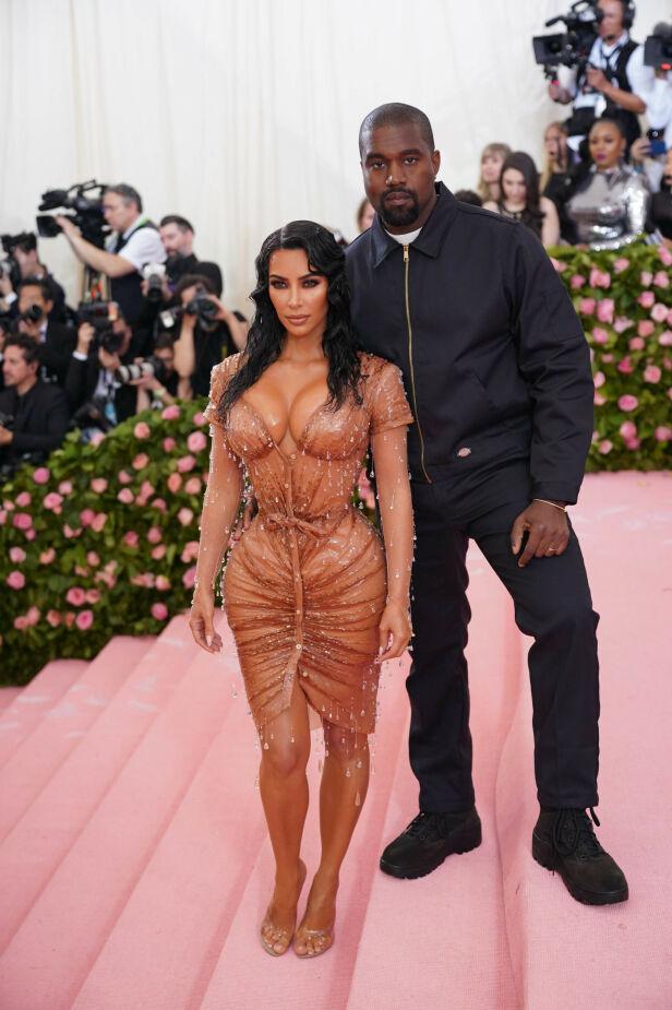 BARNEFRI: Også Kanye West var selvskreven gjest. Han hadde valgt et rimelig lettere antrekk enn kona. Foto: NTB Scanpix