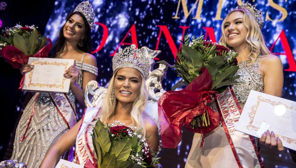 DRAMA I MISS DANMARK-ORGANISASJONEN: Tara Jensen (bak til venstre) tok over tittelen som Miss Danmark da den opprinnelige vinneren, Louise Henriksen (foran) trakk seg. Nå er hun blitt fratatt kronen. Foto: NTB Scanpix