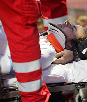 STYGGE SCENER: Dagfinn ble raskt fraktet bort fra fotballbanen da han brakk nakken. Foto: NTB Scanpix