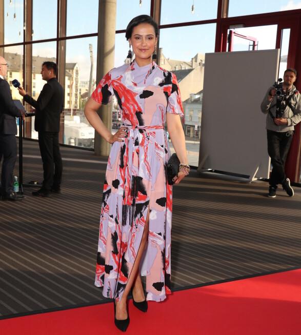 FARGERIK: Desta Marie Beeder skilte seg ut i denne fargerike kjolen på Gullruten-løperen. Foto: Andreas Fadum
