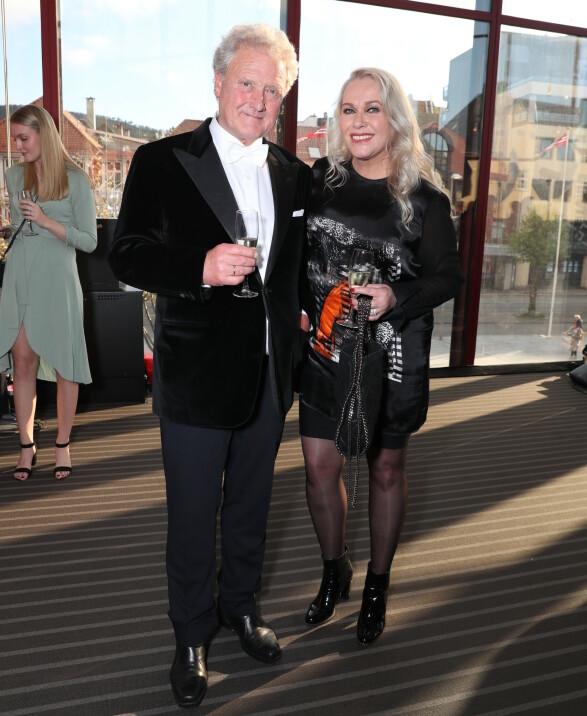 STØDIG PAR: Dan Børge Akerø kom med kona Mette HeitmannAkerø, som han har vært gift med i over 25 år. Foto: Andreas Fadum