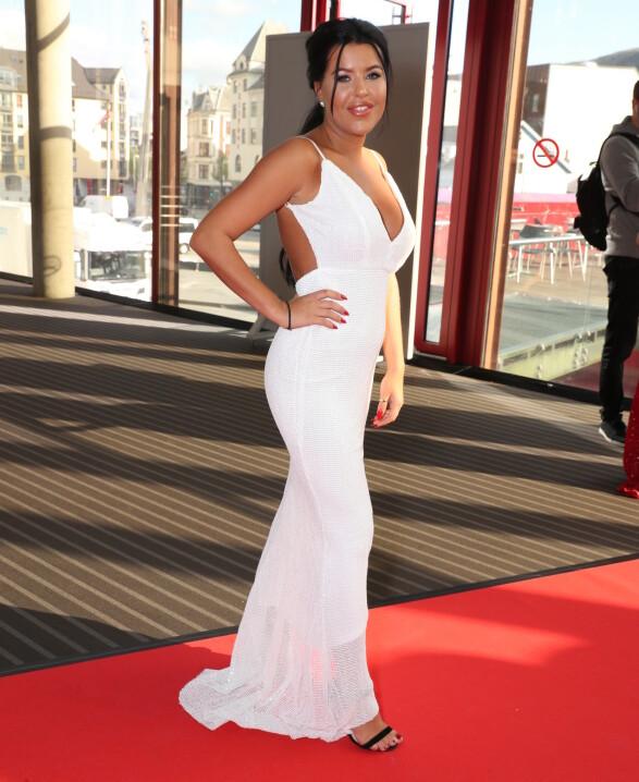 HELHVITT: Reality-profil Melina Johnsen gikk for en sommerlig, hvit kjole med minimalt tilbehør. Foto: Andreas Fadum