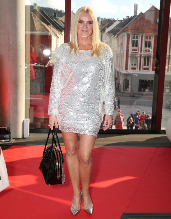 SØLV OG SORT: Mia Gundersen var også blant kjendisene som hadde pyntet seg med glitrende sølv. Pumpsene matchet kjolen! Foto: Andreas Fadum