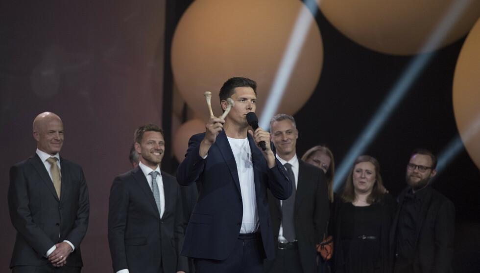 VISTE FRAM BEIN: NRK-programlederen hadde også med seg bein på scenen, som skal ha kommet fra sauene som ble slaktet i «Folkeopplysningen». Foto: Evind Senneset / TV 2 / NTB Scanpix