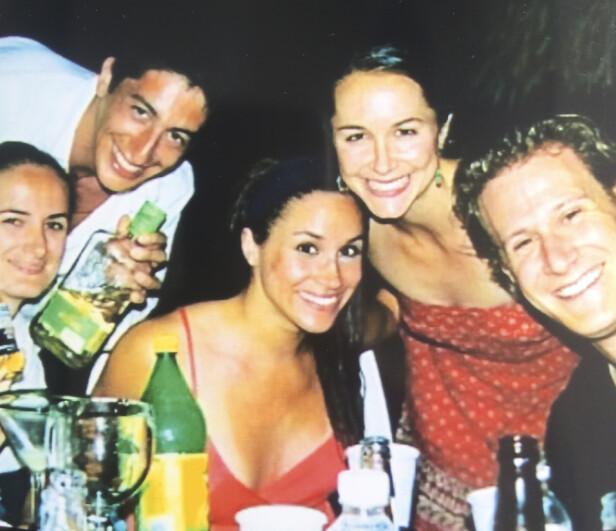 LYKKELIG: Meghan Markle sammen med eks-mannen og gode venner. Det er ikke kjent når bildet er tatt. Foto: NTB scanpix