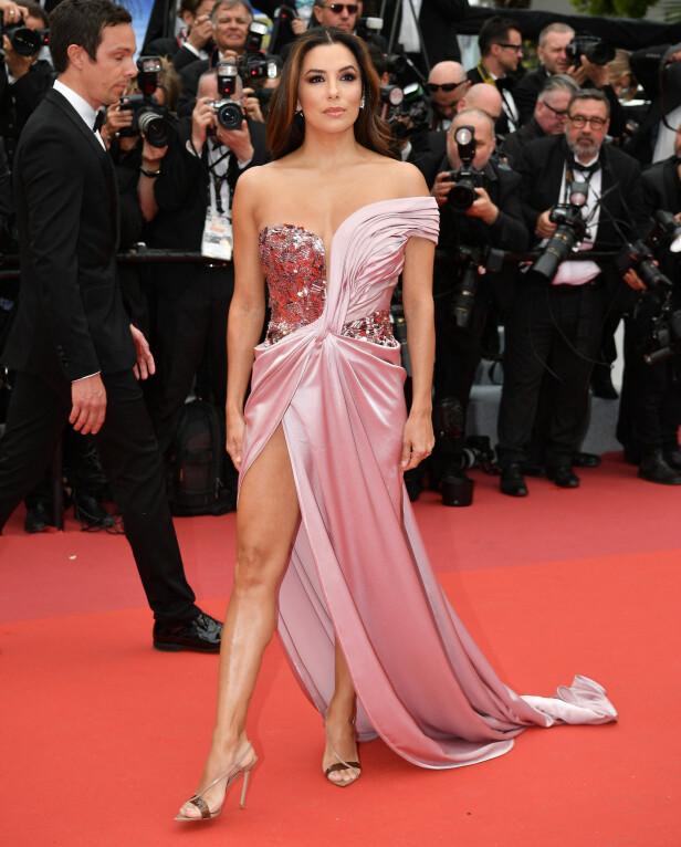 FLOTT: Eva Longoria var en rosa drøm på den røde løperen under åpningen av årets filmfestival i Cannes tirsdag kveld. Foto: NTB scanpix