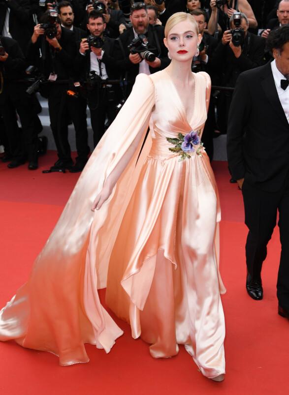 OGSÅ I ROSA: Elle Fanning i en ferskenfarget silkekjole på «The Dead Don't Die»-premieren i Cannes tirsdag kveld. Foto: NTB scanpix