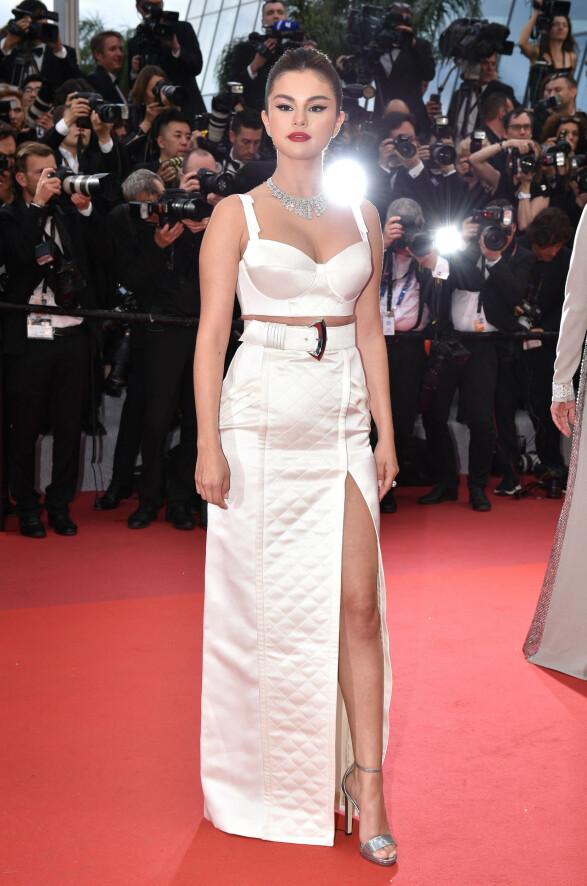 I HELHVITT: Selena Gomez gjorde et brak-comeback i rampelyset i dette hvite, todelte antrekket. Foto: NTB scanpix