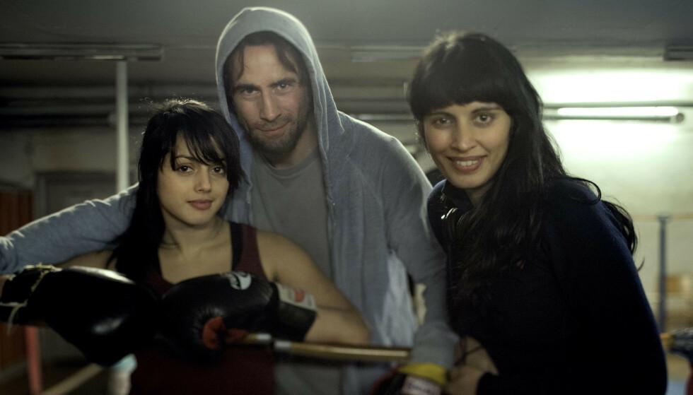 NORSK FILM: I 2013 var Ola å se i den norsk-produserte filmen «Jeg er din». Her sammen med medspiller Amrita Acharia og regissør Iram Haq. Foto: Kaja Bruskeland/ Mer Film og SF Norge