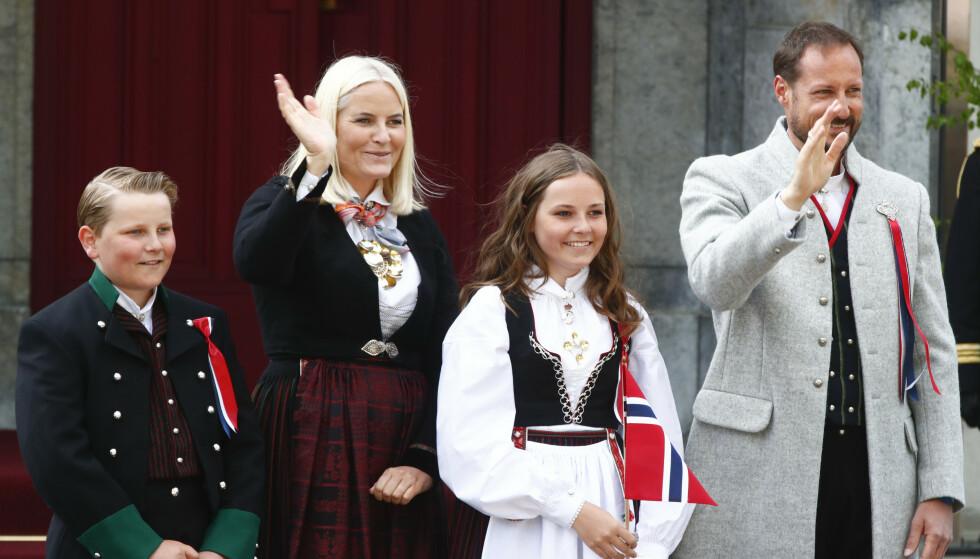 <strong>PÅ SKAUGUM:</strong> Kronprinsfamilien starter nasjonaldagen på Skaugum. Også i år skal de hilse på barnetoget. Her avbildet på trappa i fjor. Foto: NTB Scanpix