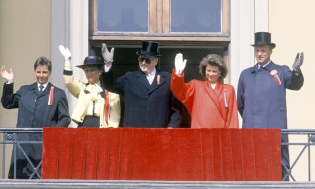 <strong>ELDRE:</strong> Märtha i 1988 sammen med prins Haakon, kronprinsesse Sonja, kong Olav og kronprins Harald. Foto: NTB Scanpix