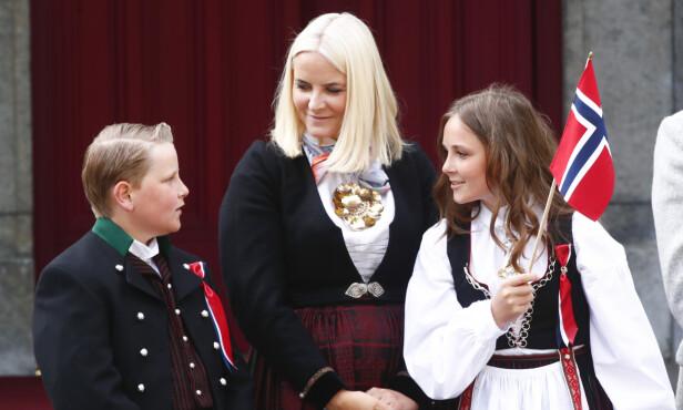 TRADISJON: Kronprinsfamilien stiller på trappen hvert år. Her er kronprinsesse Mette Marit og barna avbildet i 2018. Foto: NTB Scanpix