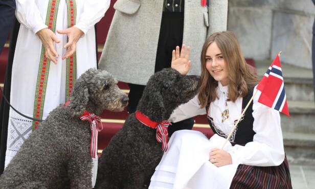 HUNDEKOS: Ingrid Alexandra tok seg tid til å kose med hundene. Foto: Andreas Fadum