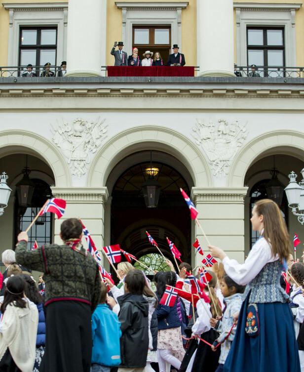 HILSER PÅ FOLKET: Kongeparet og kronprinsfamilien er på plass på slottsbalkongen. Foto: NTB Scanpix.