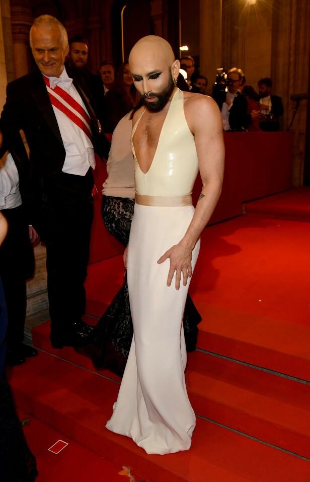 TOK HÅRET: Conchita Wurst bruker parykk når han står på scenen, men da han gjestet operaballet i Wien i våres, kastet han denne. Hodet hadde han for anledningen glattbarbert. Foto: Rex / NTB scanpix
