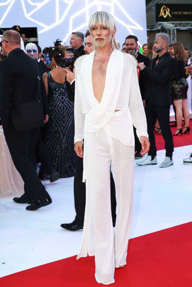 LYST: Conchita har gjennom hele karrieren vært mørk i både håret og i stilen. Derfor ble mange overrasket da han dukket opp i dette antrekket i fjor. Foto: NTB scanpix