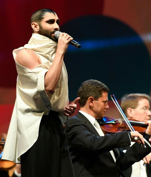 KORT: I mai viste han frem denne sveisen, under en konsert i Wien. Foto: NTB scanpix