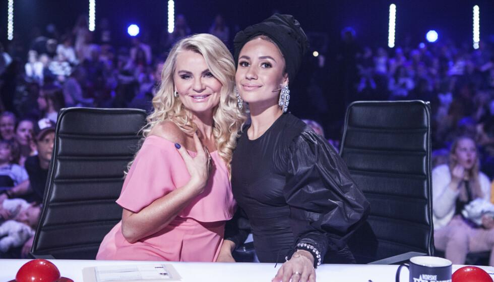 <strong>DOMMER:</strong> Det var danser og tidligere «Norske Telenter»-dommer, Mona Berntsen, som stilte med palestinsk flagg på ryggen under Eurovision-finalen. Her er hun sammen med Mia Gundersen. Foto: NTB Scanpix