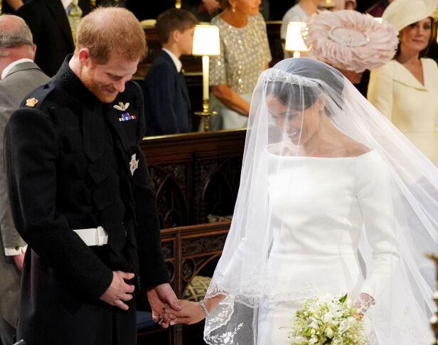 FNISTE: Harry og Meghan fniste både til hverandre og biskopen under vielsen. Foto: NTB Scanpix