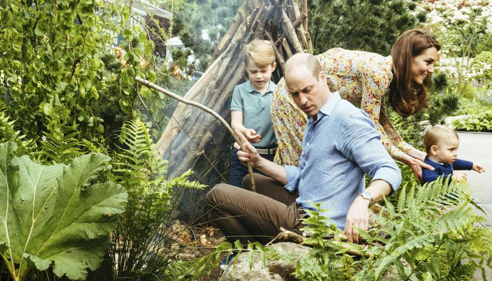FAMILIETID: Familien på fem koste seg i hagen søndag ettermiddag. Foto: Matt Porteous / Kensington Palace via AP / NTB Scanpix