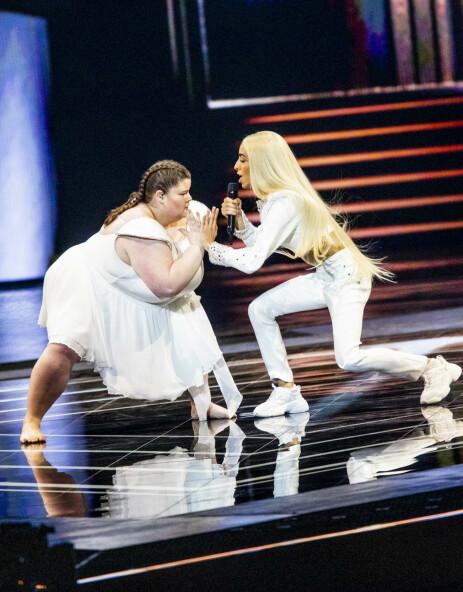 VEKKET OPPSIKT: 18 år gamle Lizzy Howell (t.v) danset sammen med det franske bidraget lørdag kveld. Det får hun store mengder oppmerksomhet for. Christian Roth Christensen / Dagbladet