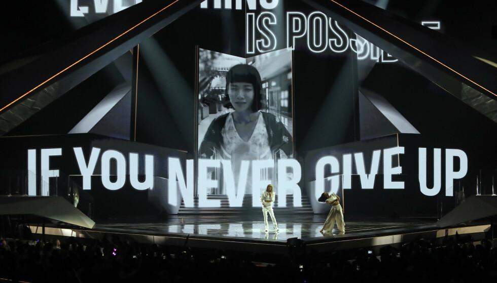 TIL INSPIRASJON: Under Frankrikes opptreden ble flere inspirerende ord og uttrykk vist på skjermen bak. Foto: NTB scanpix
