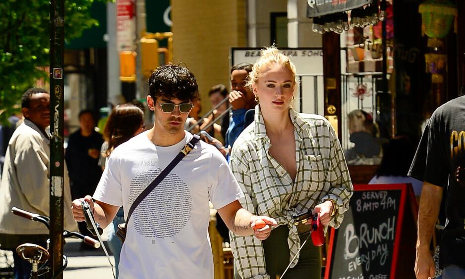 KALDE FØTTER: Sophie Turner avslører at hun og Joe Jonas slo opp før bryllupet. Her avbildet i New York forrige uke. Foto: NTB Scanpix