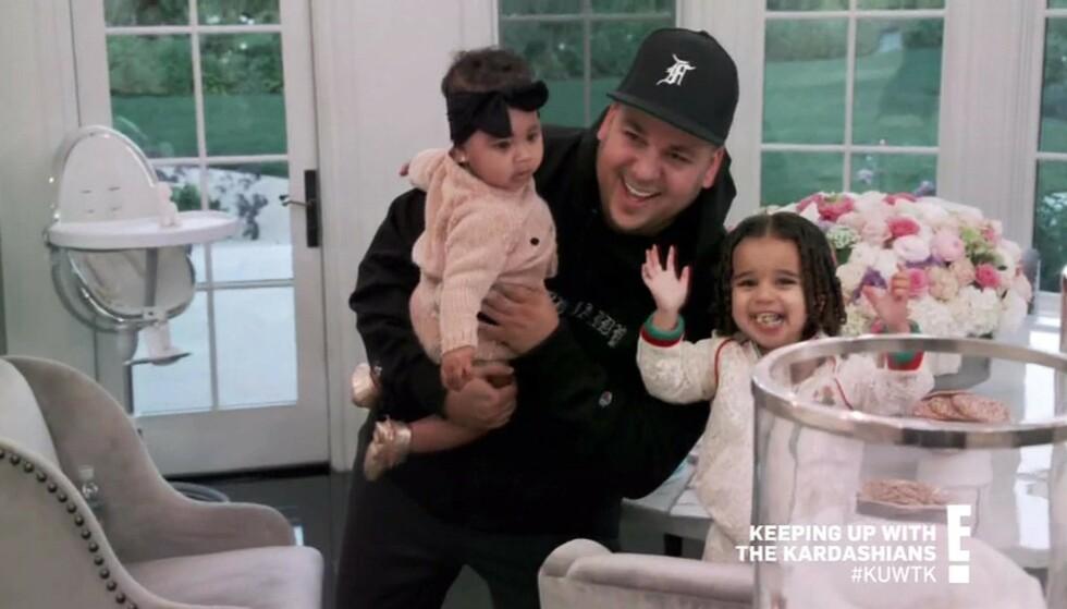 OVERRASKET: I forrige ukes episode av «Keeping Up With The Kardashians» dukket plutselig Rob opp - til fansens store forundring. Her sammen med True (t.v.) og datteren Dream. Foto: NTB Scanpix