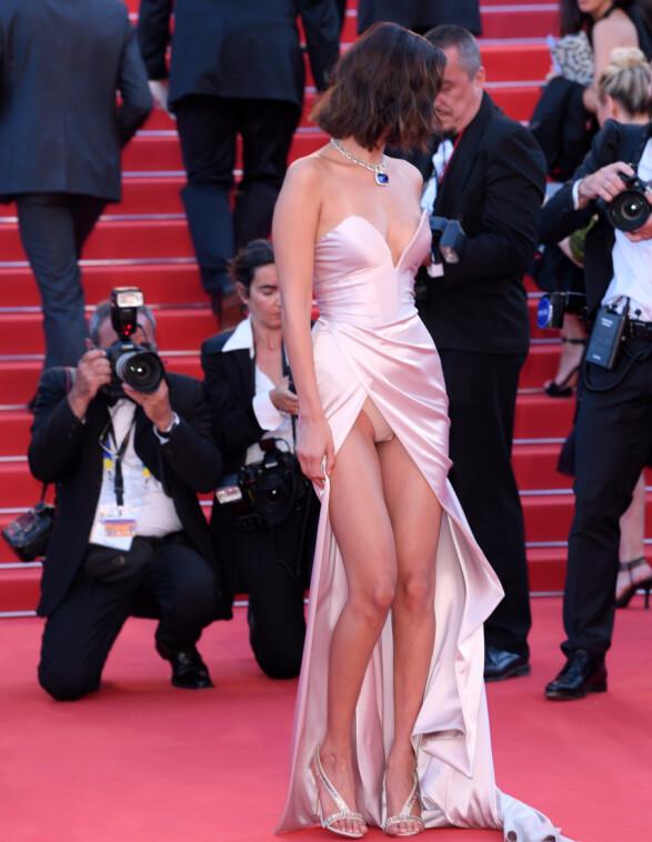 <strong>MOTETABBE:</strong> For andre år på rad blottet supermodellen undertøyet på rød løper i Cannes - nok en gang i en kjole med høy splitt fra Alexandre Vauthier. Foto: David Fisher/REX/ NTB scanpix