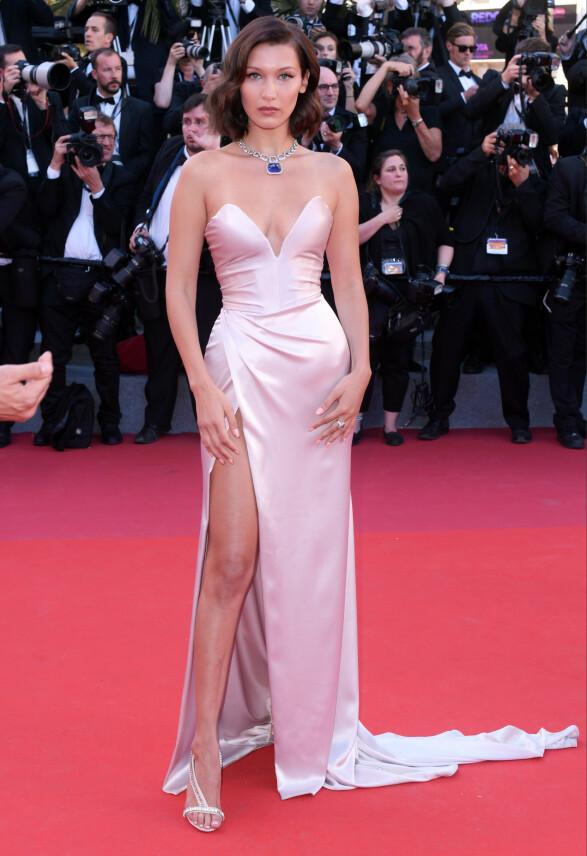 <strong>ELEGANT:</strong> Også i 2017 var Bella Hadid iført Alexandre Vauthier på rød løper i Cannes. Foto: David Fisher/REX/ NTB scanpix