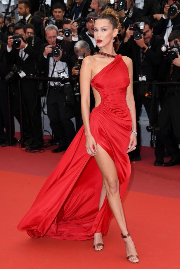 <strong>COMEBACK I RØDT:</strong> Bella Hadid stilte i Roberto Cavalli i Cannes fredag. Foto: Doug Peters/EMPICS/ NTB scanpix