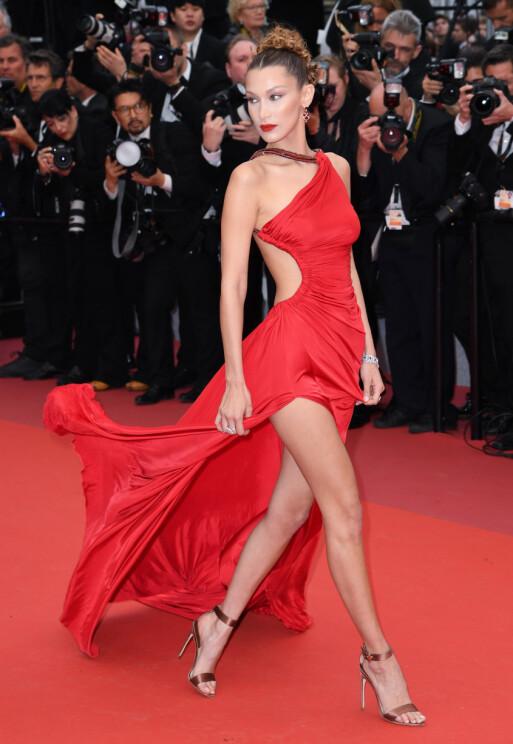 <strong>MINDRE DRISTIG:</strong> Bella gikk for en rød kjole med en litt mer håndterlig splitt på Cannes-løperen i år enn det hun gjorde i 2016. Foto: Doug Peters/EMPICS/ NTB scanpix