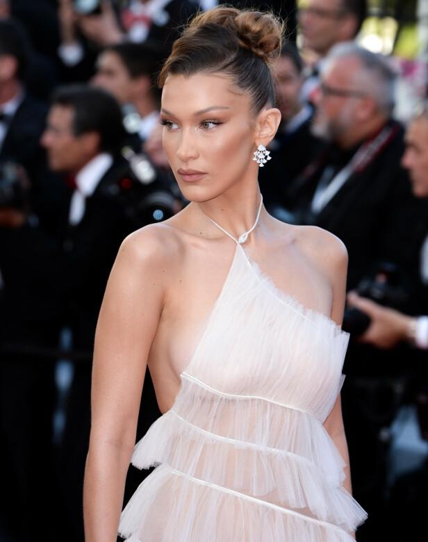 <strong>BELLA HADID:</strong> Supermodellen i florlett hvitt, Bulgari-smykker og diskret sminke på «Rocketman»-premieren. Foto: Doug Peters/EMPICS/ NTB scanpix