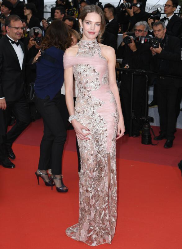 <strong>NATALIA VODIANOVA:</strong> Supermodellen strålte i rosa og sølv fra Atelier Versace på «La Belle Epoque»-premieren. Foto: NTB scanpix