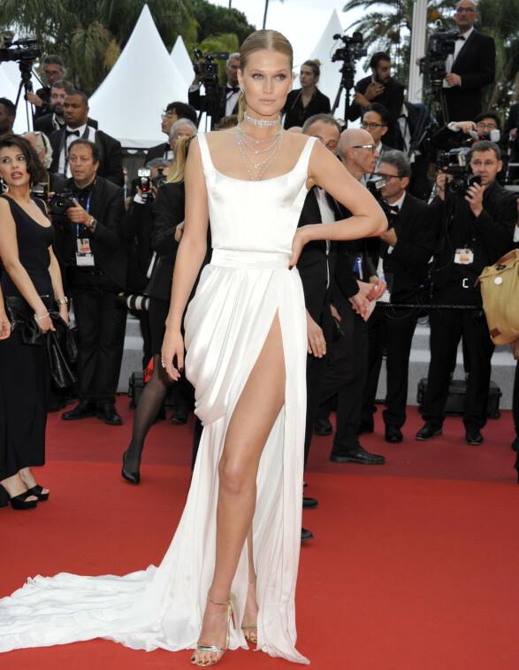 <strong>TONI GARRN:</strong> Modellen strålte i hvitt fra Ulyana Sergeenko Haute Couture i Cannes på søndag. Foto: NTB scanpix