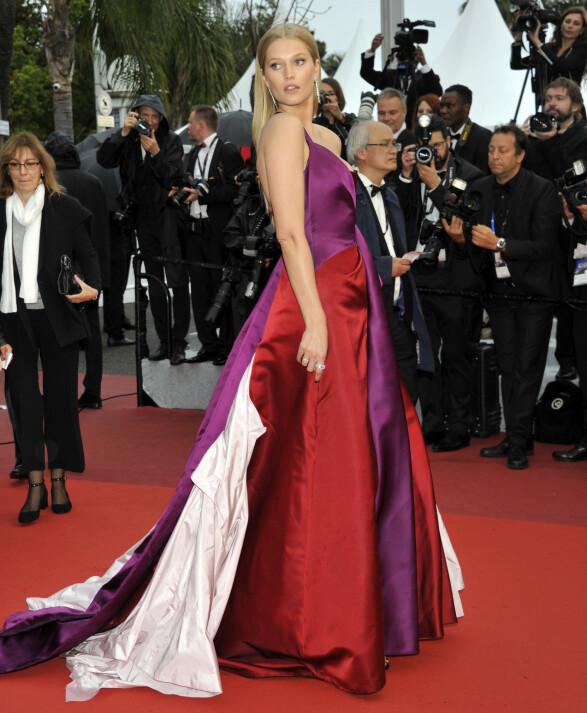 <strong>MER FARGER:</strong> Toni Garrn gikk for en mer fargerik kreasjon på «The Best Years of a Life»-premieren i Cannes. Foto: NTB scanpix