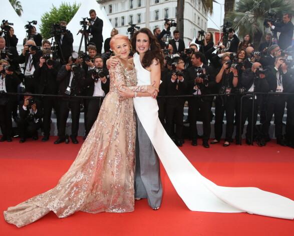 <strong>KUL DUO:</strong> Helen Mirren og Andie MacDowell strålte i henholdsvis Elie Saab Haute Couture og Maticevski på Cannes-løperen lørdag. Foto: NTB scanpix