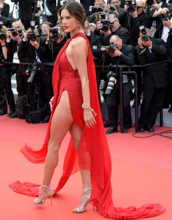 <strong>ALESSANDRA AMBROSIO:</strong> Modellen så ut til å være inspirert av kollega Bella Hadid i denne røde, dristige kjolen fra Julien Macdonald. Foto: NTB scanpix