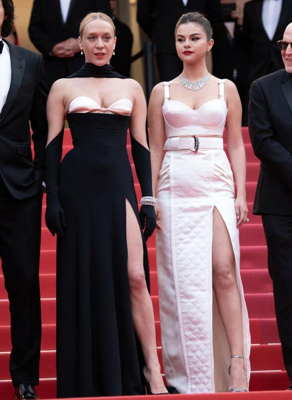 <strong>DOBBEL SPLITT:</strong> Chloe Sevigny og Selena Gomez stilte i kjoler med splitt fra henholdsvis Mugler og Louis Vuitton på åpningsseremonien forrige uke. Foto: NTB scanpix