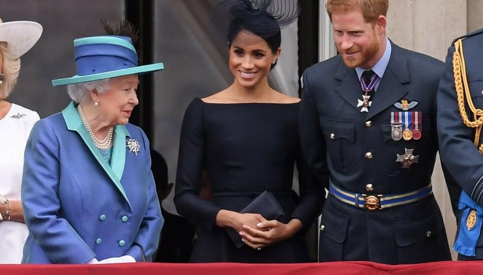 <strong>ANSETTER:</strong> I likhet med store deler av den britiske kongefamilien ønsker nå også dronning Elizabeth å fokusere på sosiale medier. Her med hertuginne Meghan og prins Harry i fjor sommer. Foto: David Fisher/REX/ NTB Scanpix