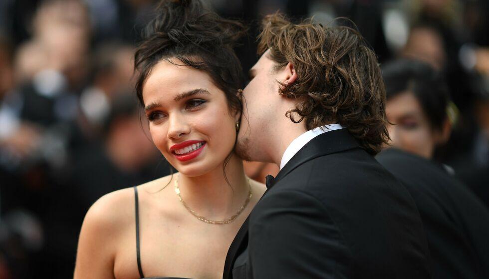 KYSS, KLAPP OG KLEM: 20-åringen delte ut både kyss og en hånd å holde i til kjæresten. Foto: NTB Scanpix
