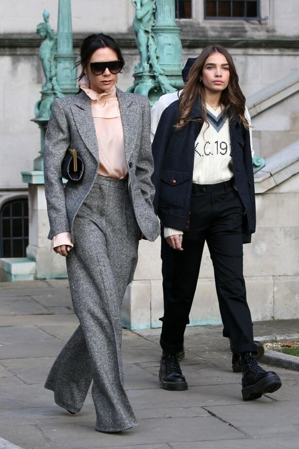 <strong>MED FAMILIEN:</strong> Hana har allerede blitt observert med Brooklyns familie flere ganger. Tidligere har det blitt påpekt at hun ligner på kjærestens mor. Her med Victoria under London Fashion Week i januar. Foto: NTB Scanpix