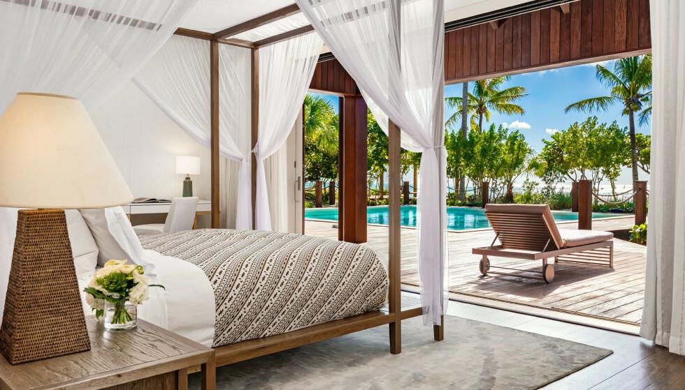 EKSOTISK: Med palmetrær og havet rett utenfor vinduene kan man slappe av og nyte livet. Panoramavinduene kan åpnes slik at boligen nærmest går i ett med naturen. Foto: NTBScanpix