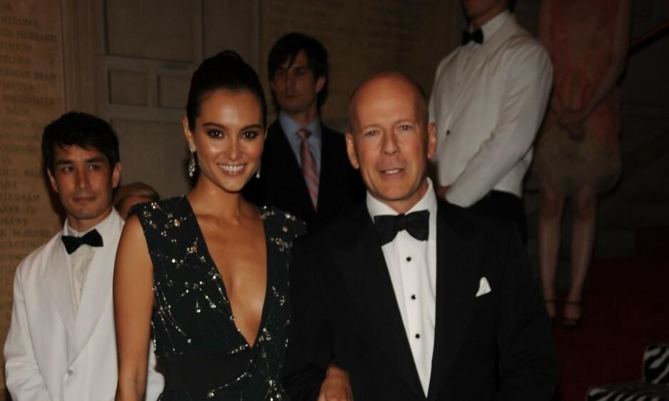 PÅ FLYTTEFOT: Bruce Willis og kona Emma Heming er i ferd med å flytte til California, og selger derfor flere av sine luksuseiendomme. Foto: NTB Scanpix
