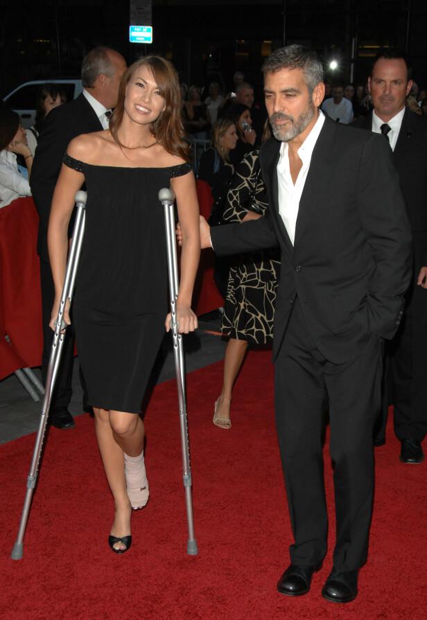<strong>IKKE FØRSTE GANG:</strong> Høsten 2007 var George Clooney og hans daværende kjæreste Sarah Larson, involvert i en motorsykkelulykke. Han skadet et ribbein, mens hun skadet foten. Her på en premiere kort tid etter. Foto: NTB scanpix
